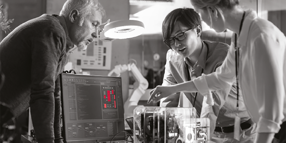 Atradius Annual Report 2019 - Scientists looking at computer screen | Atradius