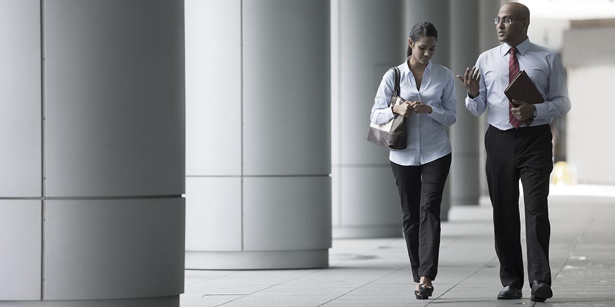 Business people walking | Atradius